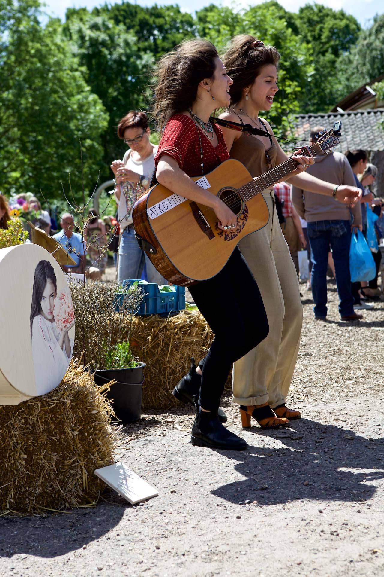 ATKD live muziek tweeling buiten zingen afscheidsceremonie uitvaart1001lichtjes inspiratie rouwmuziek