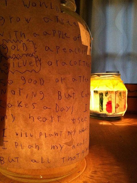 glazen fles met tekst op papier en waxinelichtje als sfeervol element bij diy afscheidsviering inspiratie uitvaart1001lichtjes