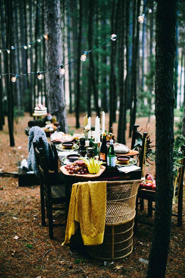 mooigedekte tafel in een bos als alternatieve afscheidslocatie of condolenance plek voor een bijzonder afscheid inspiratie uitvaart1001lichtjes