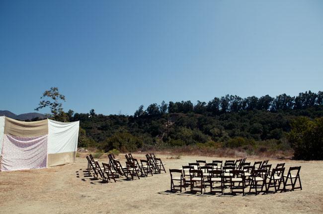 rijen houten stoelen op het strand als bijzondere afscheidsbijeenkomst op een strand uitvaart 1001lichtjes inspiratie