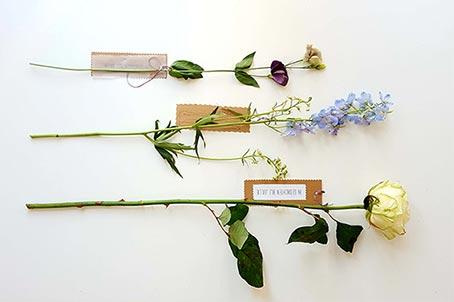 Aanwezig door een bloem met kaartje