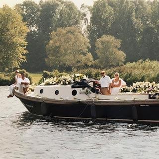 alternatief rouwvervoer inspiratie uitvaart over water sloep met witte bloemen en kist uitvaart1001lichtjes